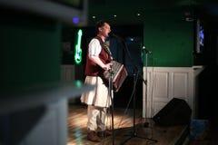 Vanghele Gogu que canta en bayan Fotos de archivo libres de regalías