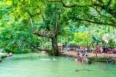 VANGVIENG,老挝2017年5月13日:游人在蓝色盐水湖享用 免版税库存图片