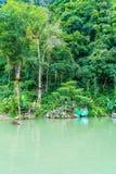 VANGVIENG,老挝2017年5月13日:游人在蓝色盐水湖享用 免版税库存照片