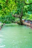 VANGVIENG,老挝2017年5月13日:游人在蓝色盐水湖享用 图库摄影