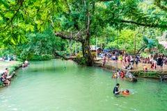 VANGVIENG,老挝2017年5月13日:游人在蓝色盐水湖享用 库存图片