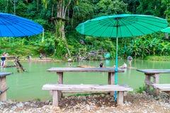 VANGVIENG,老挝2017年5月13日:游人在蓝色盐水湖享用 库存照片