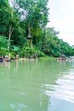 VANGVIENG,老挝2017年5月13日:游人在蓝色盐水湖享用 免版税图库摄影