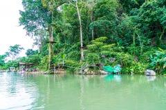 VANGVIENG, LAOS 13 de mayo de 2017: Los turistas gozan en la laguna azul Fotografía de archivo libre de regalías