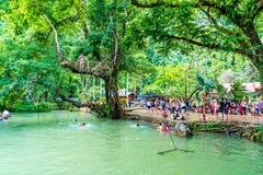 VANGVIENG, LAOS am 13. Mai 2017: Touristen genießen an der blauen Lagune Lizenzfreie Stockfotos