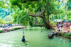 VANGVIENG, LAOS am 13. Mai 2017: Touristen genießen an der blauen Lagune Stockfotografie