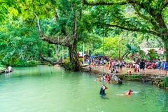VANGVIENG, LAOS 13 Mei, 2017: De toeristen genieten van bij Blauwe Lagune Stock Fotografie