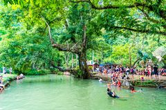 VANGVIENG, LAOS 13 Mei, 2017: De toeristen genieten van bij Blauwe Lagune Royalty-vrije Stock Afbeeldingen