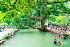 VANGVIENG, LAOS 13 Mei, 2017: De toeristen genieten van bij Blauwe Lagune Royalty-vrije Stock Afbeelding