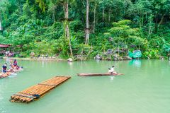VANGVIENG, LAOS 13 Mei, 2017: De toeristen genieten van bij Blauwe Lagune Royalty-vrije Stock Foto's
