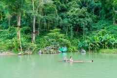 VANGVIENG, LAOS 13 Mei, 2017: De toeristen genieten van bij Blauwe Lagune Stock Afbeelding