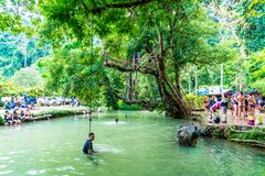 VANGVIENG, LAOS 13 Mei, 2017: De toeristen genieten van bij Blauwe Lagune Royalty-vrije Stock Foto