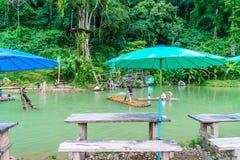 VANGVIENG, LAOS 13 Mei, 2017: De toeristen genieten van bij Blauwe Lagune Stock Afbeeldingen