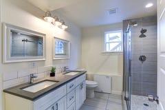 Vanidad blanca del cuarto de baño con el top del granito foto de archivo