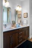 Vanidad dual y espejos del cuarto de baño imagen de archivo