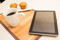 Vaniglia con i muffin di pepita di cioccolato con una tazza di caffè Fotografia Stock Libera da Diritti