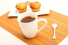 Vaniglia con i muffin di pepita di cioccolato con una tazza di tè Fotografia Stock Libera da Diritti
