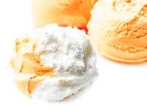 Vaniglia e palle arancio della crema del gelato alla frutta macro Bello Scoo Immagini Stock Libere da Diritti