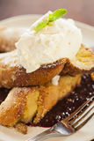Vanilj-doppat franskt rostat bröd med piskad kräm Royaltyfria Foton