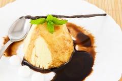 vanilj för chokladglasyr på kakapudding Royaltyfri Foto