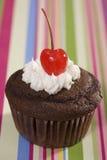 vanilj för isläggning för Cherrychokladmuffin Royaltyfri Fotografi