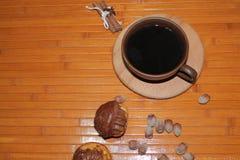 Vanilj- och chokladmuffin med en kopp kaffe, muttrar och kanel Royaltyfri Fotografi