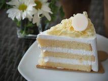 Vanilj och wipping kräm- kaka med vit choklad på toppning Arkivfoto