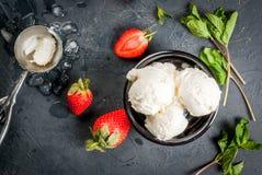 Vaniljglass med jordgubbar och mintkaramellen Royaltyfria Bilder