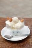Vaniljglass med kokosnöten, mandlar och Raffaello Royaltyfria Bilder