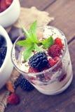 Vaniljglass med nya mogna bär och grated choklad Arkivbilder