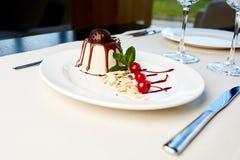 Vaniljglass med vit choklad, bärblandning, körsbärsröd sås, mintkaramell Royaltyfria Bilder