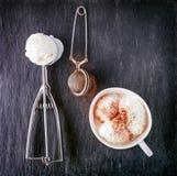 Vaniljglass och skopa på en stenplatta Royaltyfria Bilder