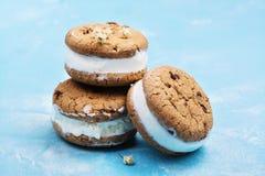 Vaniljglasssmörgåsar på blå bakgrund royaltyfri fotografi