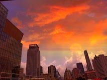 Vaniljhimmeldagsljus i en storstad fotografering för bildbyråer
