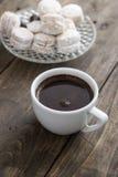 Vaniljkaka och kaffe Arkivfoto