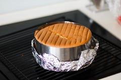 Vaniljkakabakning i pannan som är varm ut ur ugnen Arkivfoton