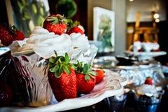 Vaniljmuffin & jordgubbar Arkivfoton