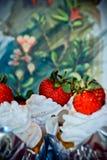 Vaniljmuffin & jordgubbar Arkivbilder
