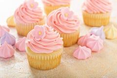 Vaniljmuffin med rosa hallonglasyr på kaka Royaltyfri Foto