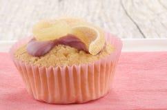 Vaniljmuffin med sött winegummi royaltyfria foton