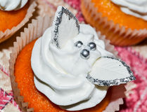 Vaniljmuffin med vit glasyr Arkivfoto