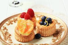 Vaniljsås fyllda vol-au-lufthål med frukt Arkivfoto
