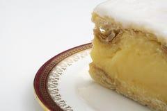 Vaniljskivakaka p? flott porslin En smaklig kaka och en teatimefest royaltyfri foto
