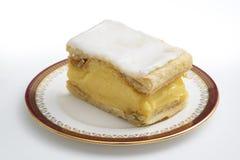 Vaniljskivakaka p? flott porslin En smaklig kaka och en teatimefest arkivfoton