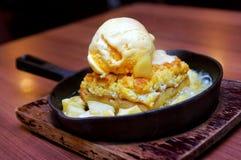 Vanilla ice cream with apple crumble Royalty Free Stock Photos