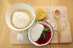 Vanilla ice cream with cake Stock Photography