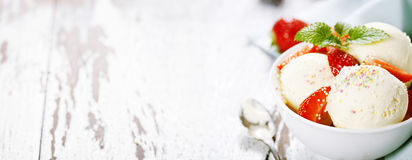 Vanilla ice cream with fresh strawberry Stock Images