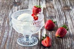 Vanilla ice  joghurt cream with fresh strawberries Stock Photos