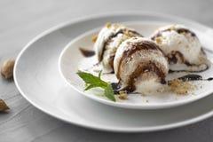 Vanilla Ice kräm med mintkaramellen i bunke- och chokladsås royaltyfria foton