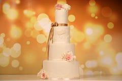 Vanilla wedding cake with roses Royalty Free Stock Photography